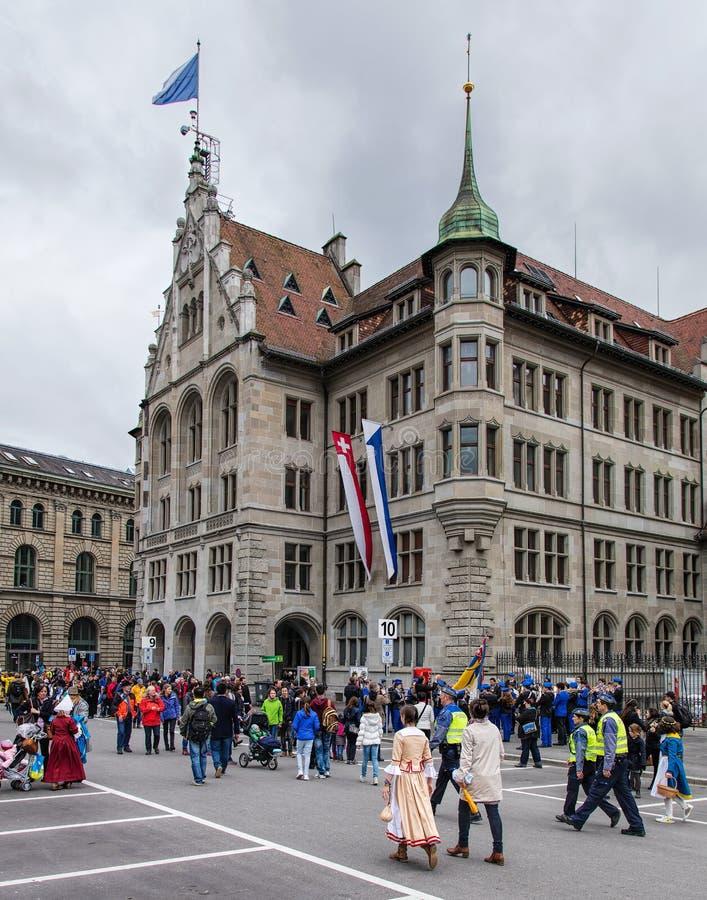 Deltagare av våren för barn` s ståtar på det Zurich stadshuset arkivbilder