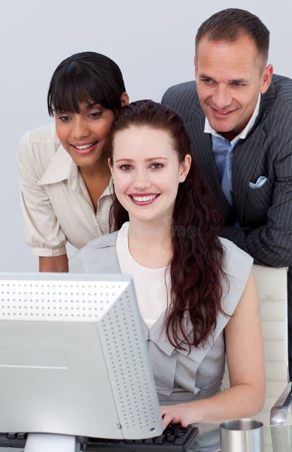 deltagare för affärsdator som fungerar tillsammans arkivbild