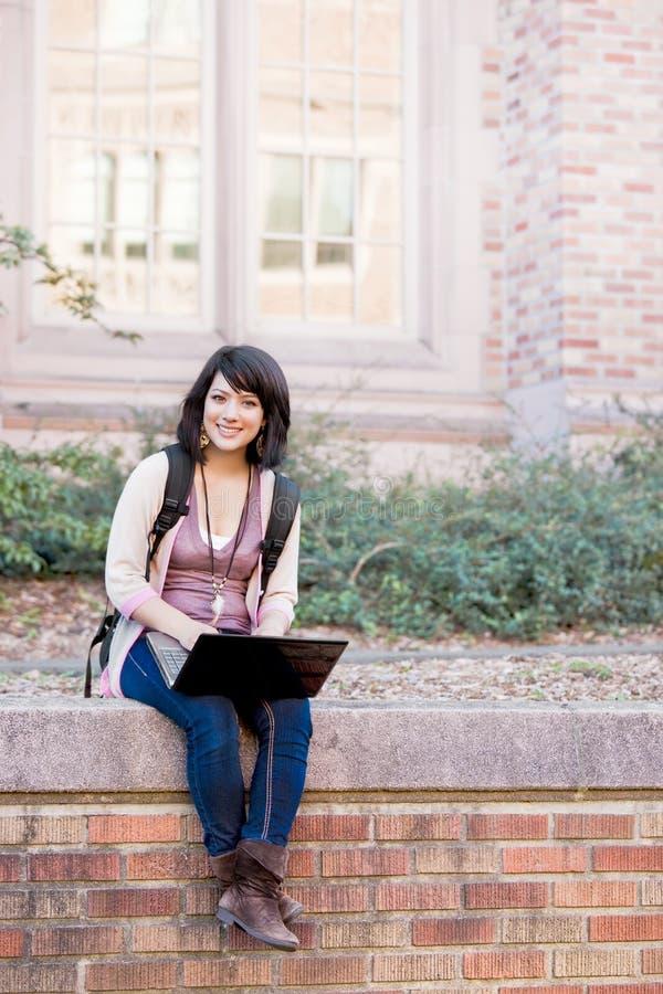 deltagare för blandad race för högskolabärbar dator royaltyfria foton