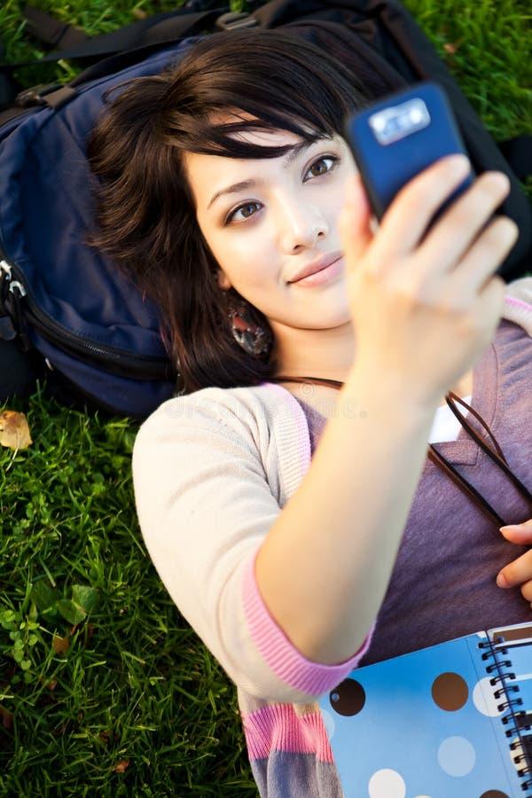 deltagare för blandad race som texting royaltyfria bilder