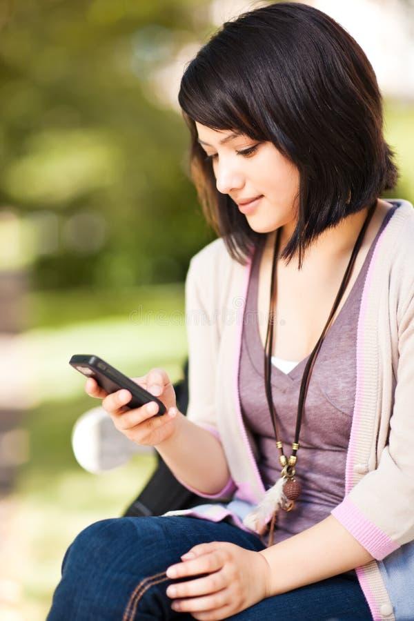 deltagare för blandad race som texting arkivbild