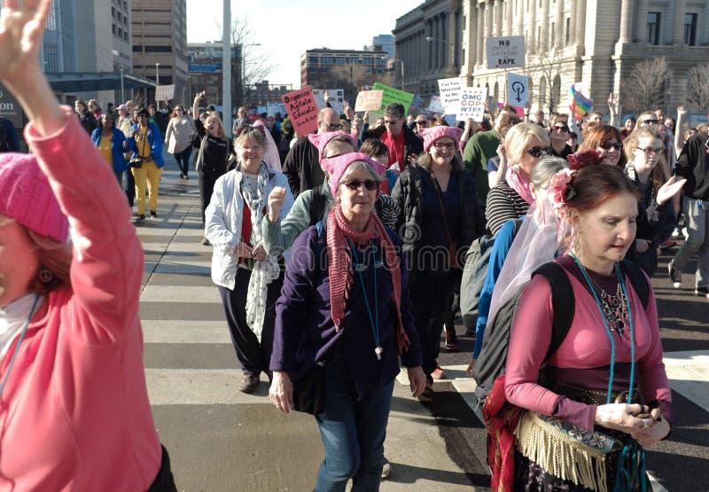 Deltagare för mars för kvinna` s går förbi stadshus i i stadens centrum Cleveland, Ohio, USA, på Januari 21, 2107 royaltyfri fotografi