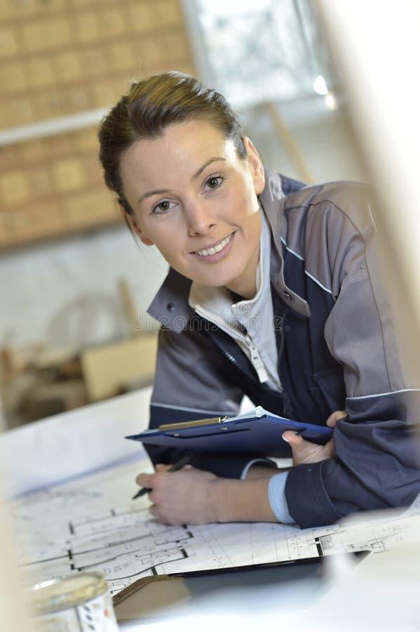 Deltagare i utbildning för ung kvinna i snickeri på arbete royaltyfria bilder