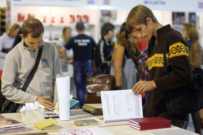 Deltagare läste böckerna på bokmarknaden arkivbild