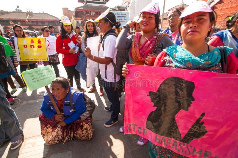 Deltagare protesterar inom en aktion att avsluta våld mot kvinnor fotografering för bildbyråer