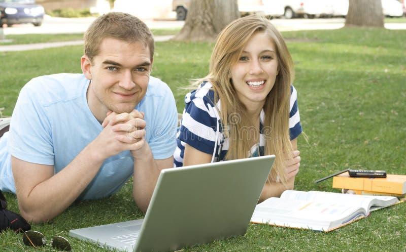 deltagare som fungerar tillsammans royaltyfri bild