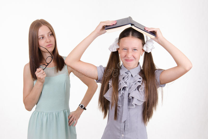 Deltagaren i utbildning plaskar i klassrumet arkivfoton