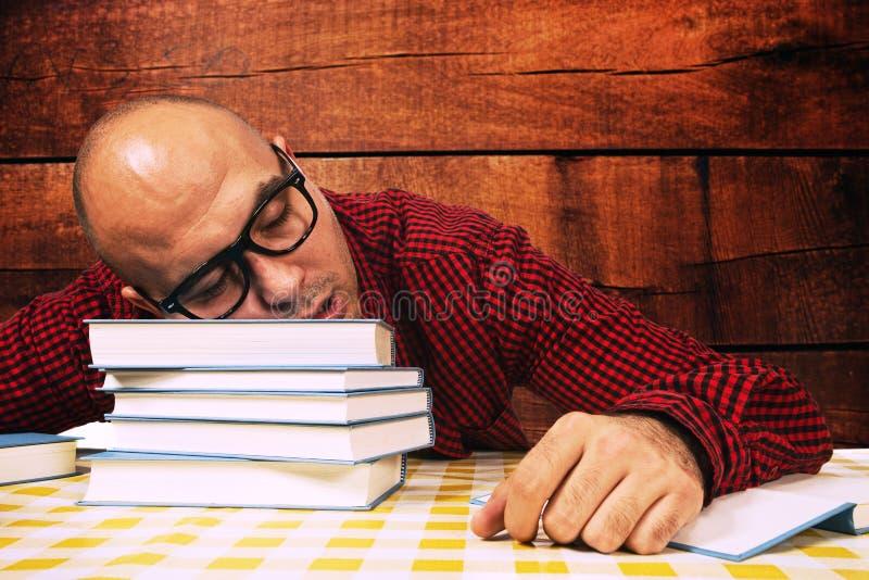 Deltagaren som sovar på, bokar fotografering för bildbyråer
