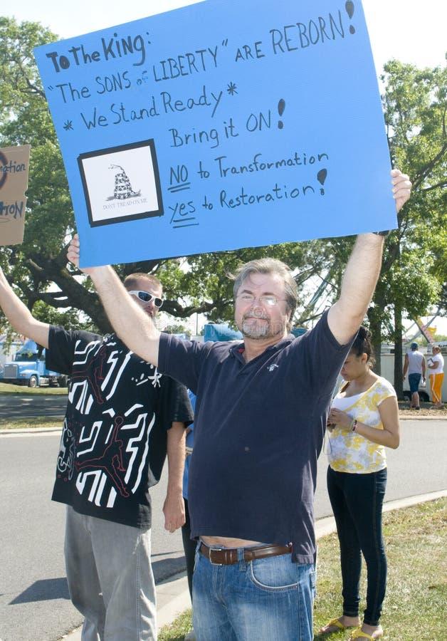 deltagarepersoner som protesterar beskattar tea royaltyfri bild