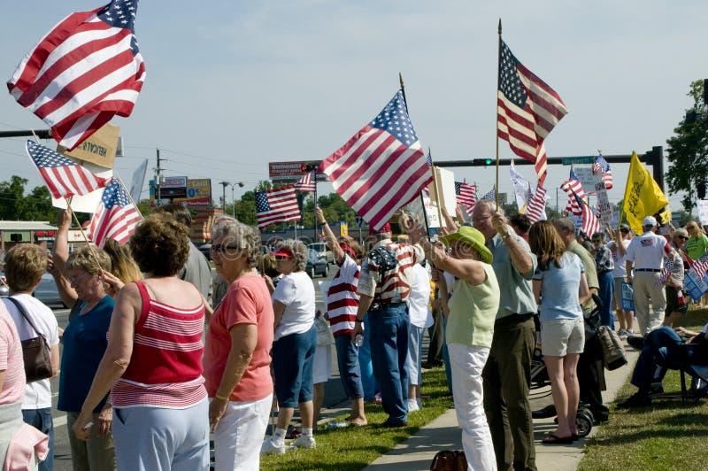 deltagarepersoner som protesterar beskattar tea royaltyfria foton