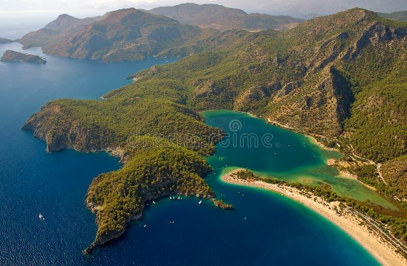 Deltaplane au-dessus de lagune bleue photos libres de droits