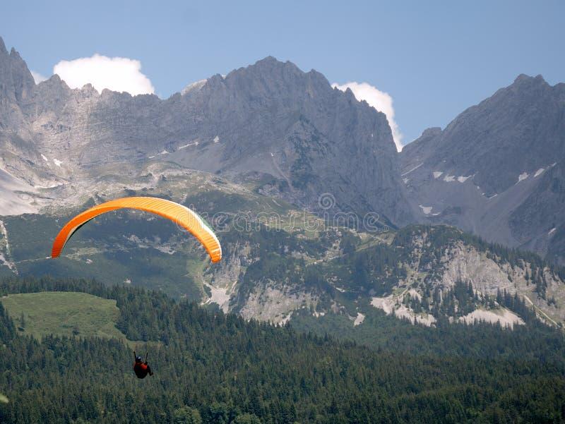 Deltaplane dans les alpes photographie stock