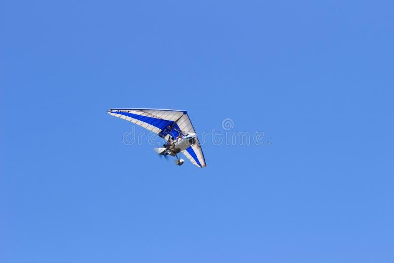 Deltaplane utom fara himmel royaltyfria bilder
