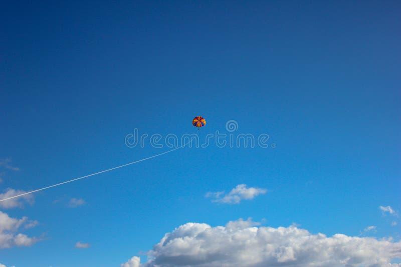 Deltaplaning in de duidelijke blauwe hemel royalty-vrije stock fotografie