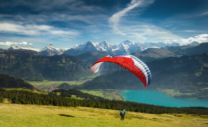 Deltaplaning in de Zwitserse Alpen stock afbeelding