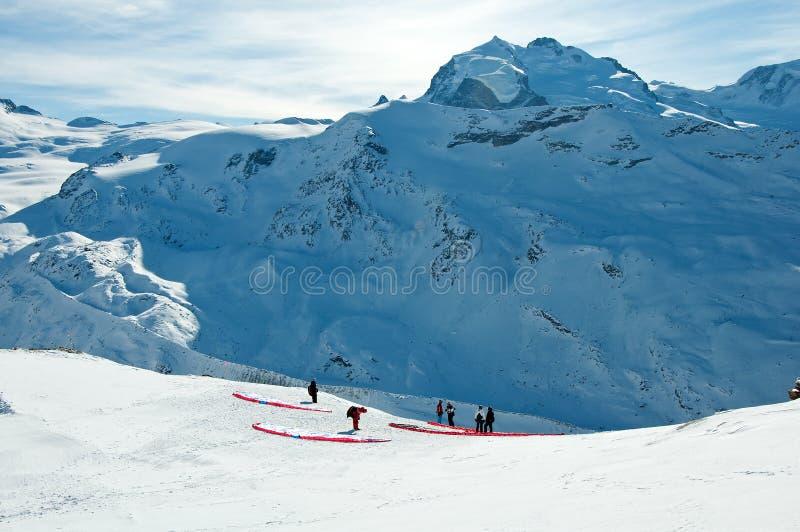 Deltaplaning in Zwitserse Alpen stock afbeelding