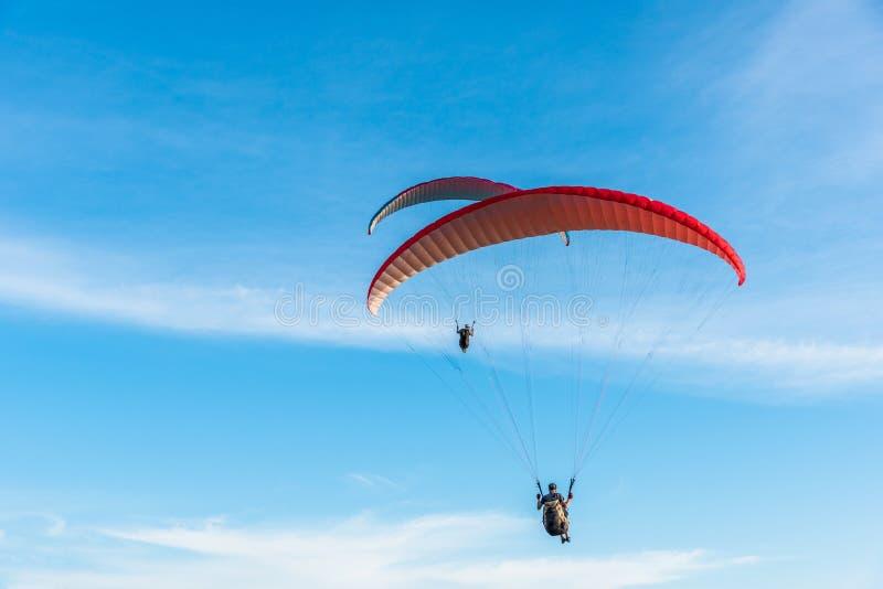 Deltaplanings Extreme sport, Glijscherm op de blauwe hemel en witte wolk die in de Zomerdag bij Phuket-Overzees, Thailand vliegen stock afbeeldingen