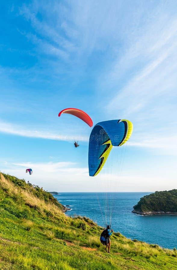 Deltaplanings Extreme sport, Glijscherm op de blauwe hemel en witte wolk die in de Zomerdag bij Phuket-Overzees, Thailand vliegen royalty-vrije stock afbeeldingen
