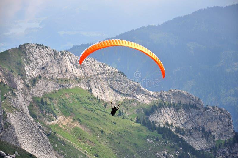 Deltaplano alla montagna di Pilatus, Svizzera fotografie stock
