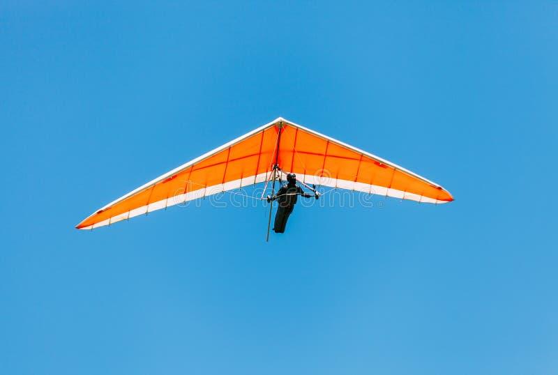 Deltaplano in ascesa nel cielo fotografie stock libere da diritti