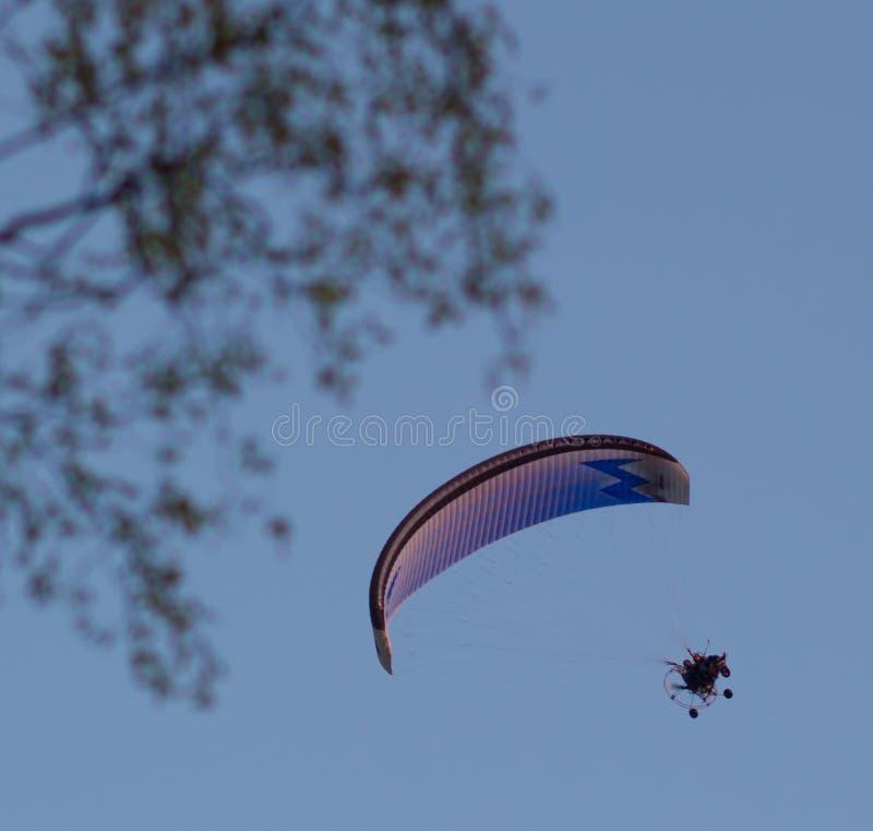 Deltaplano in cielo blu fotografia stock libera da diritti