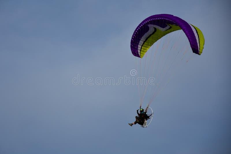 Deltaplano motorizzato che sale nel cielo blu fotografie stock
