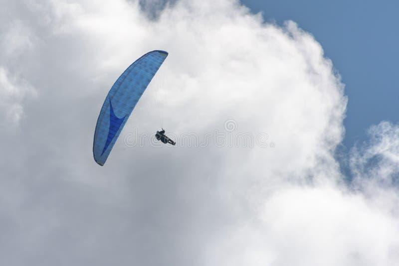 Deltaplano nel cielo blu immagini stock libere da diritti