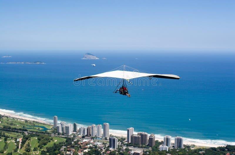 Deltaplano sopra Rio de Janeiro immagine stock