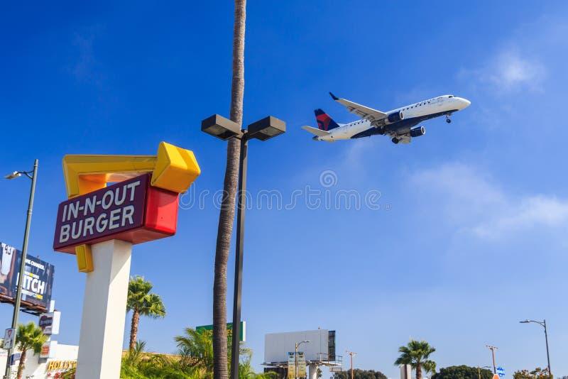 Deltastråle som att närma sig den Los Angeles flygplatsen royaltyfri foto