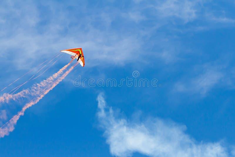 Deltavlieger die door de hemel vliegt stock foto's