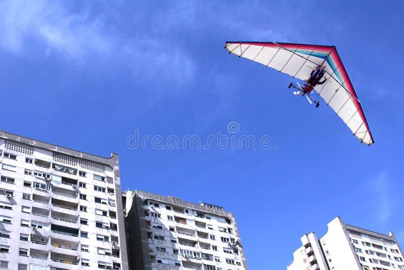 Deltavlieger over gebouwen royalty-vrije stock afbeelding