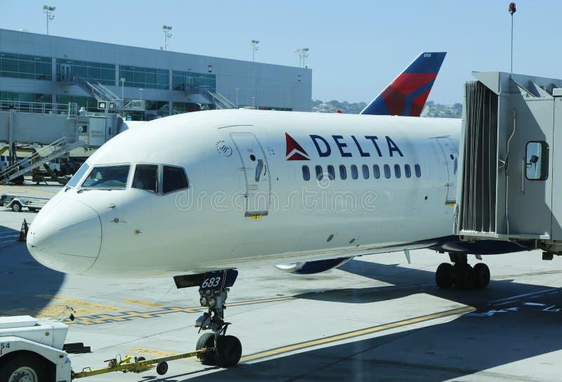 Deltavliegtuigen bij de poort bij San Diego International Airport royalty-vrije stock afbeelding