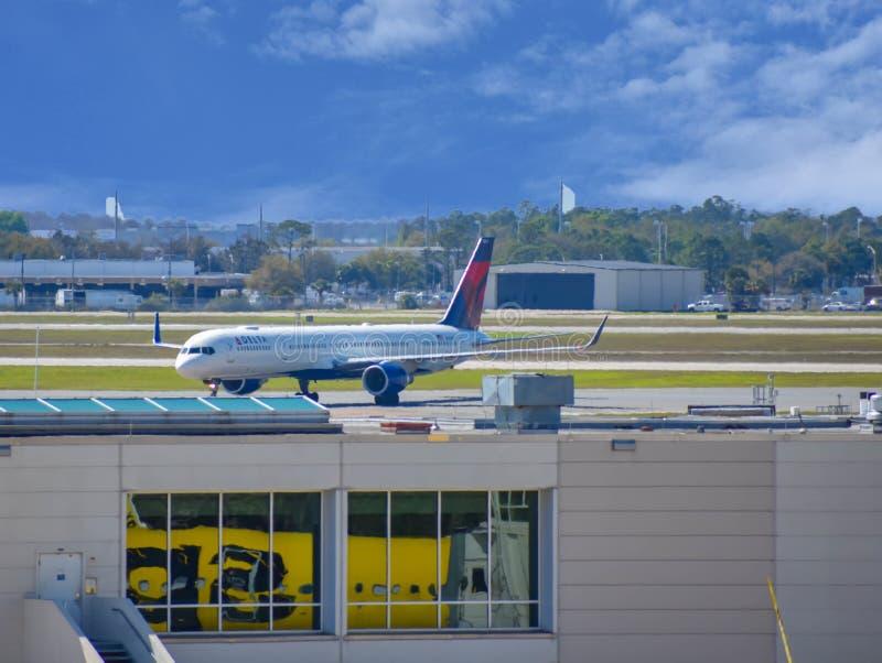 Deltavliegtuigen op baan die voor vertrek van Orlando International Airport MCO voorbereidingen treffen stock fotografie