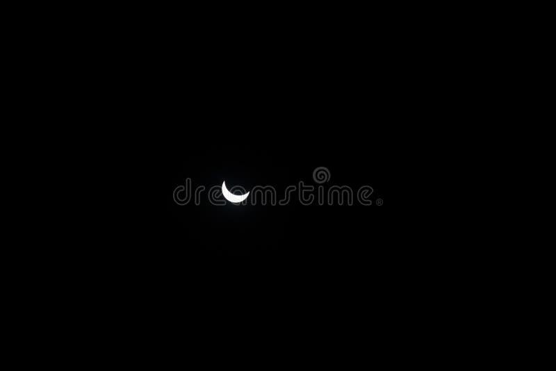 delvis sun för förmörkelse Närbildsol på mörk bakgrund arkivfoto