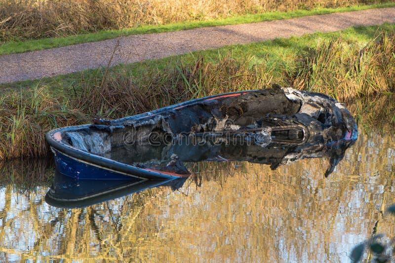 Delvist doppat kanalfartyg efter brand arkivbilder