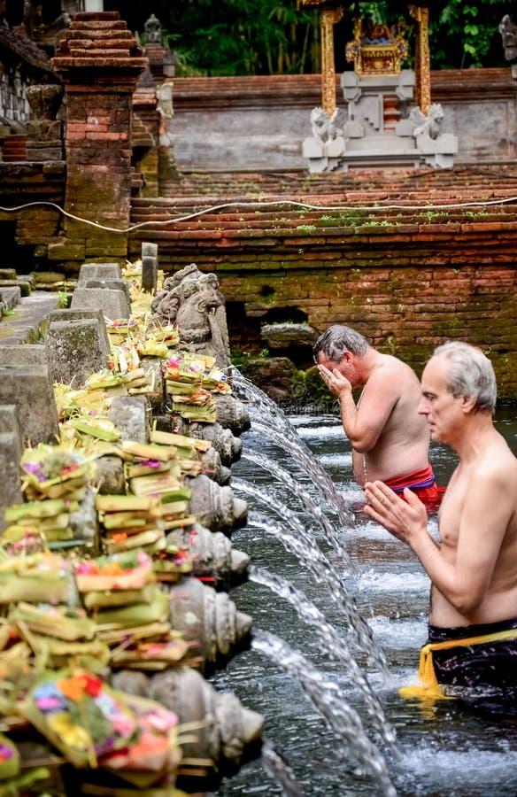 Dem alten Mann wurde sein Körper am heiligen Quellwasser Te Balis gewaschen lizenzfreie stockfotos