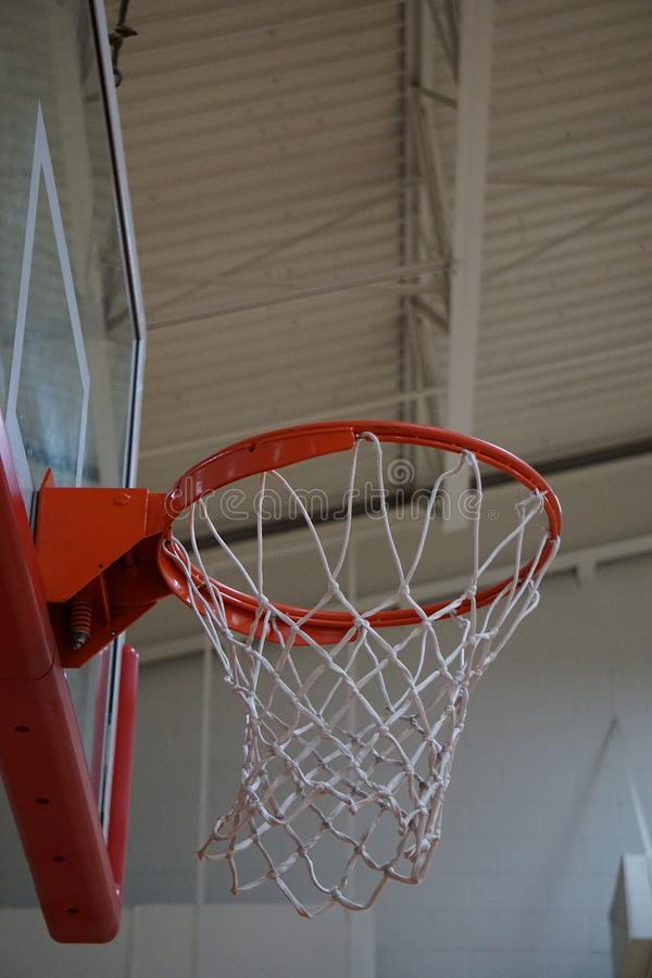 dem Basketballkorb oben betrachten lizenzfreie stockbilder