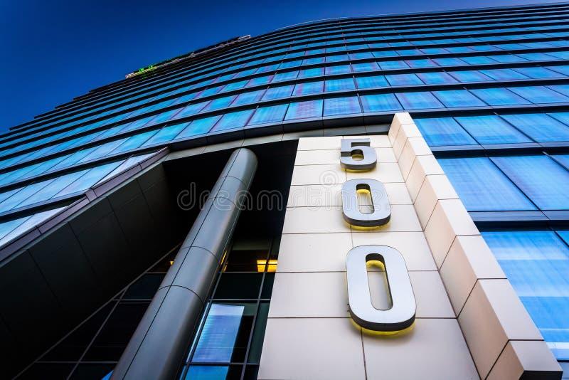 dem modernen WSFS-Bankgebäude in im Stadtzentrum gelegenem Wilmingt oben betrachten lizenzfreie stockfotos