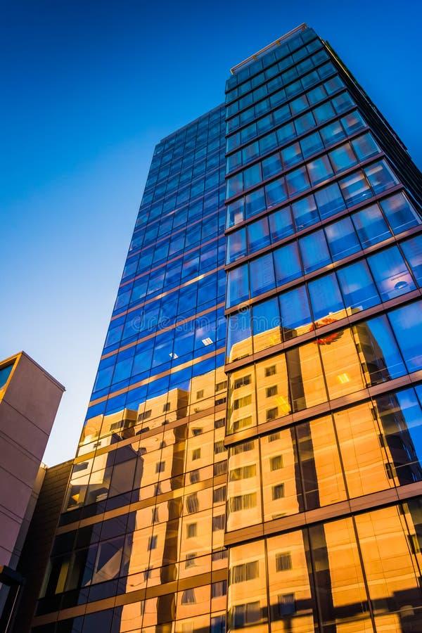 dem modernen WSFS-Bankgebäude in im Stadtzentrum gelegenem Wilmingt oben betrachten lizenzfreie stockfotografie
