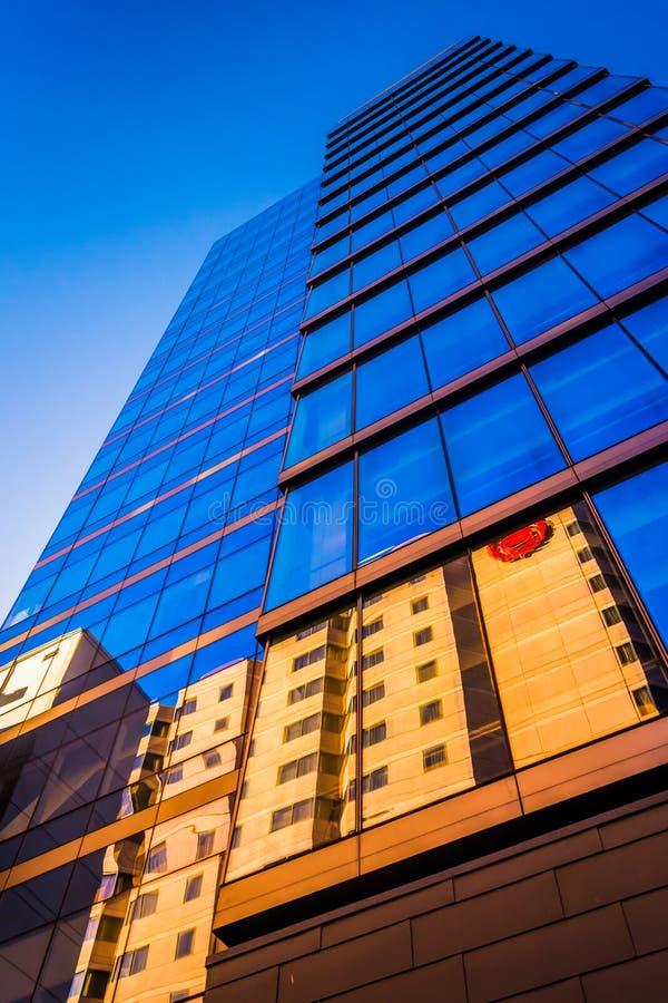 dem modernen WSFS-Bankgebäude in im Stadtzentrum gelegenem Wilmingt oben betrachten lizenzfreies stockbild