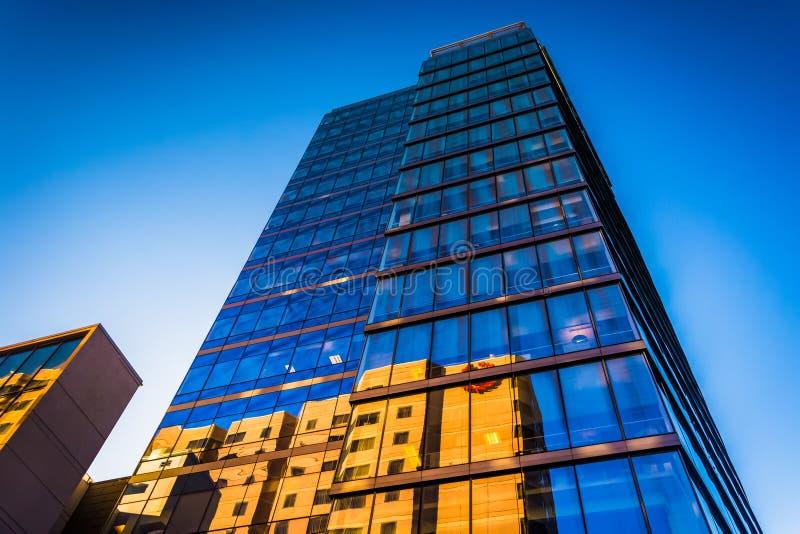 dem modernen WSFS-Bankgebäude in im Stadtzentrum gelegenem Wilmingt oben betrachten lizenzfreie stockbilder