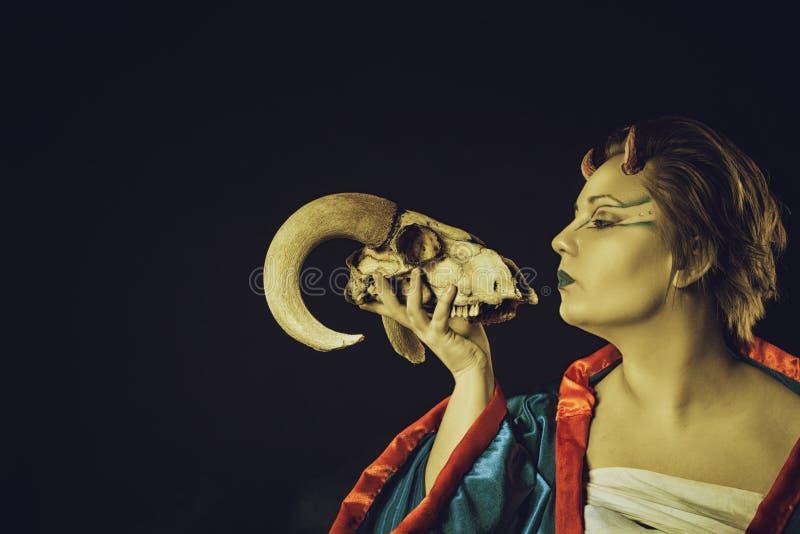 Demônio bonito Horned com crânio imagens de stock