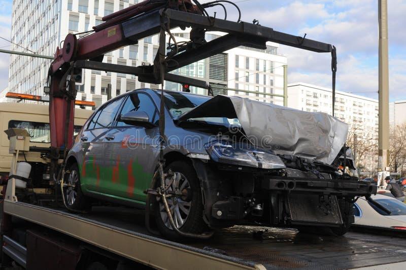 Demage automatisk transporterat av lastbilen i Berlin fotografering för bildbyråer