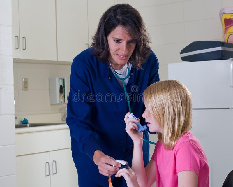 Demande de règlement de obtention patiente d'asthme d'infirmière. images stock
