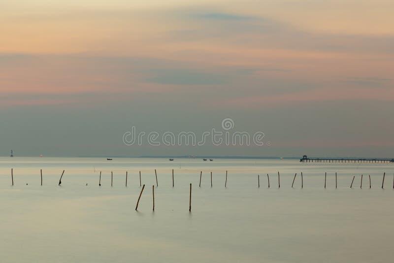 Demande el horizonte de la costa con después del fondo del cielo de la puesta del sol foto de archivo libre de regalías