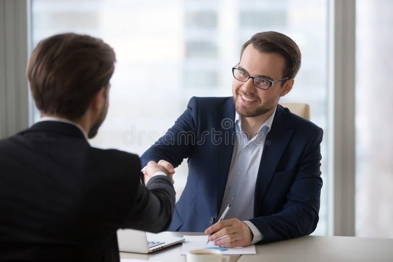 Demandeur de sourire de client de poignée de main de directeur à se réunir ou à entrevue d'emploi images stock