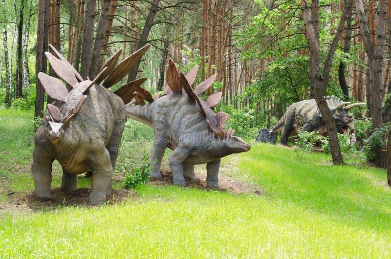 Demasiado o dinossauro modela o Stegosaurus no parque do dinossauro imagem de stock royalty free