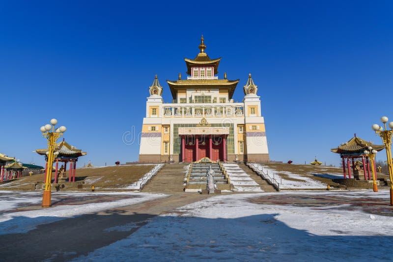 Demeure d'or complexe bouddhiste de Bouddha Shakyamuni au printemps Elista Russie image stock