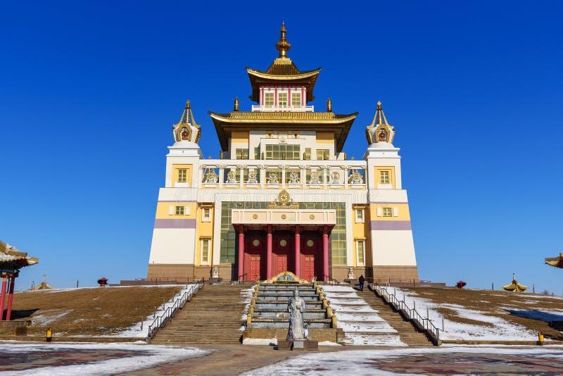 Demeure d'or complexe bouddhiste de Bouddha Shakyamuni au printemps Elista Russie photos stock