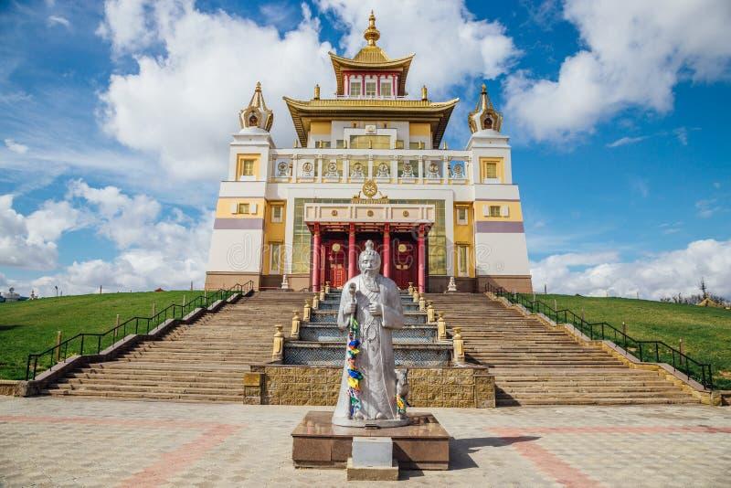 Demeure d'or de temple bouddhiste de Bouddha Shakyamuni dans Elista, République de la Kalmoukie, Russie photographie stock libre de droits